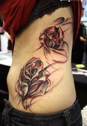 Тату две красивые розы - на боку у девушки