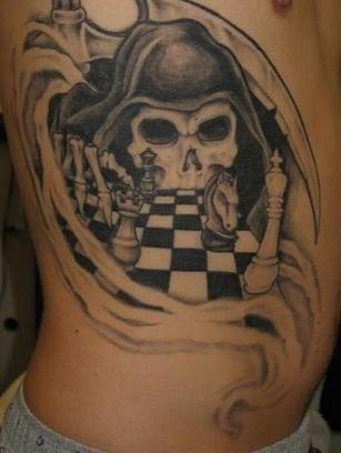 тату смерть и шахматы на боку
