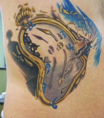 тату на боку крошащиеся часы