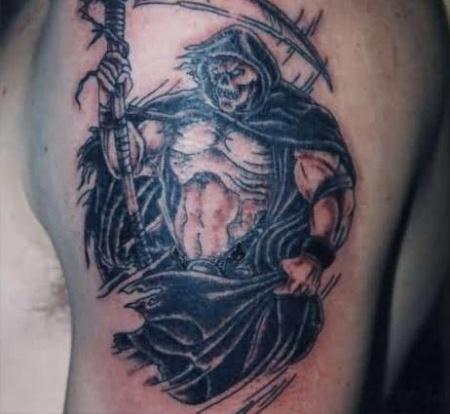 тату мускулистая смерть на плече