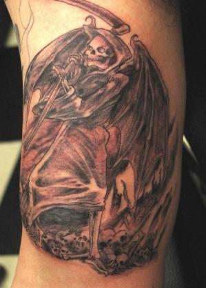 тату смерть и гора черепов