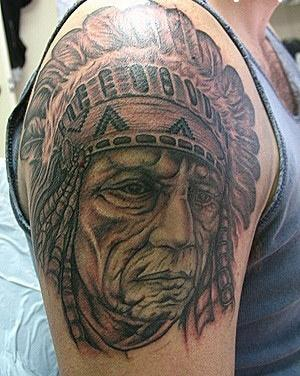 Тату голова старого индейца на плече