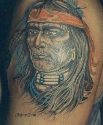 Тату голова индйца с повязкой - на плече