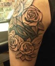 Тату букет роз - на плече