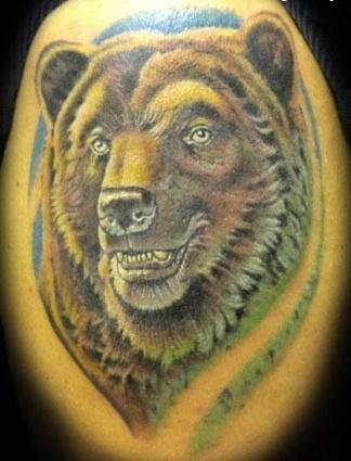 Тату медведя на локте