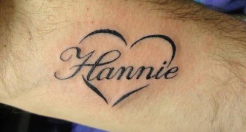 Тату надпись имя hannie на руке со