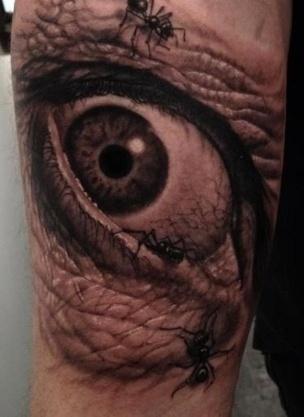 Тату глаз и муравьи на руке