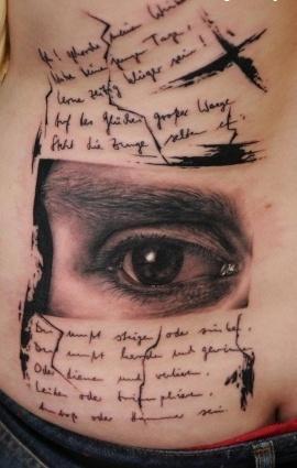 Тату глаз и надписи на спине