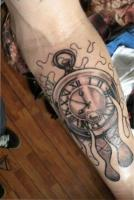 тату карманные часы на руке
