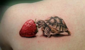 Тату черепаха и клубника на лопатке