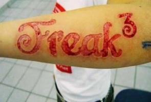 тату надпись freak вырезанная на руке