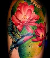 Тату колибри ест с цветка на плече