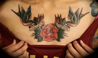 тату две ласточки розы и ленты с именами - на груди