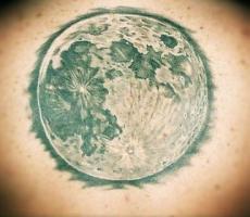Тату большая луна на спине