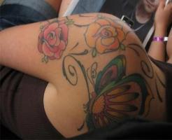 Тату две розы и бабочка - на плече