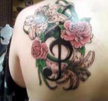 тату скрипичного ключа с цветами роз