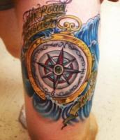 Тату компас волны и ленты с надписями на бедре