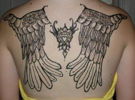 Тату черно-белые крылья на спине