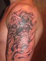 Тату на плече два обнаженных ангела