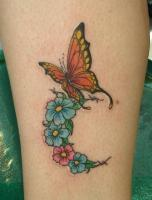 Тату бабочка и цветы на ноге