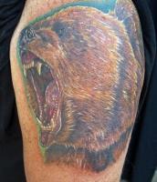 Тату голова медведя с открытой пастью на левом плече