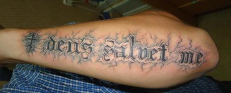 "Тату надпись ""deus saloet me"" на руке"