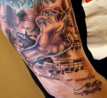 Тату ноты и рука на плече