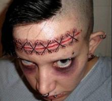 тату разрез на лбу зашитый нитками