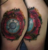 Тату компас в цветке на плече