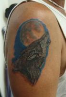Тату на плече волк воет на луну
