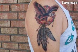 Тату ловец снов и орел с расправленными крыльями на плече