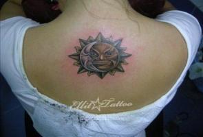 тату солнце на спине у девушки