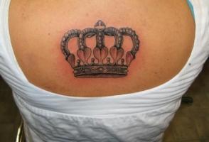 тату корона между лопаток