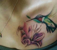 Тату колибри и лилия на груди