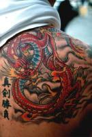 Тату иероглифы и дракон на лопатке