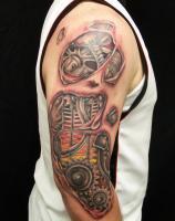 Тату биомеханика шестеренки на плече