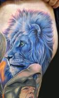 тату голубой лев с зелеными глазами - на ноге