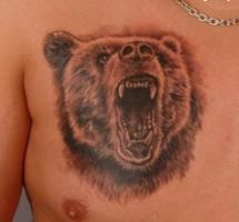 тату голова медведя с открытой пастью на груди