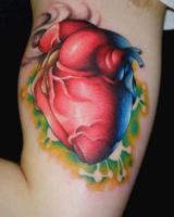 тату сердце на правой мышце
