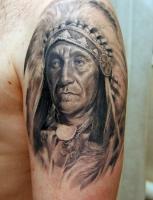 Тату голова индейца на левом плече