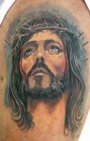 Тату голова Иисуса с терновым венцом и потеки крови - на плече