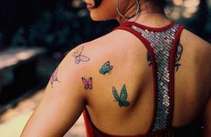 Тату бабочки на лопатке и плече у девушки