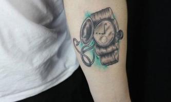тату карманные часы с открытой крышкой на руке