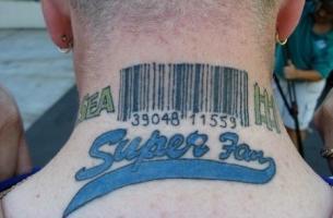 Тату штрих код и надпись на шее