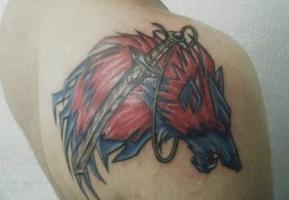 Тату меч и волк на плече