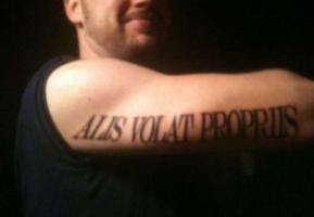 тату надпись alis volat propriis на руке
