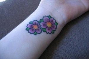 Тату маленькие цветки сакуры на руке