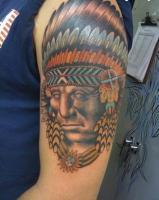 Тату голова индейца на плече