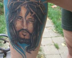 Тату голова Иисуса с терновым венцом - на ноге