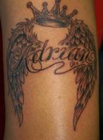 тату корона крылья и надпись